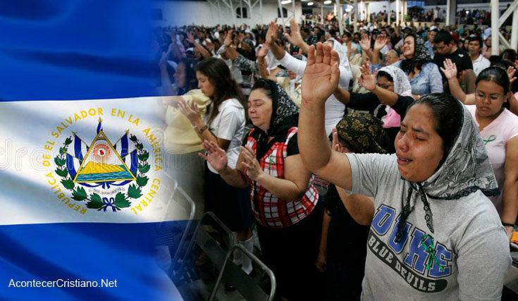 Aumentan evangélicos en El Salvador y llegan a ser mayoría, revela encuesta
